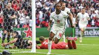 Pemain Inggris Raheem Sterling melakukan selebrasi usai mencetak gol ke gawang Jerman pada pertandingan babak 16 besar Euro 2020 di Stadion Wembley, London, Inggris, Selasa (29/6/2021). Inggris menang 2-0. (Andy Rain, Pool via AP)