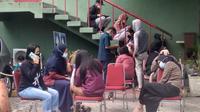 Puluhan Pekerja Kawasan Industri Batam Indo, Muka Kuning, Batam, mengeluhkan mual dan pusing usai disuntik vaksin Covid-19 AstraZeneca. (Liputan6.com/ Ajang Nurdin)