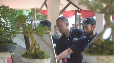 Agenda melukis bersama dalam pameran seni rupa, Blarak yang memamerkan lukisan 40 seniman Purbalingga. (Foto: Liputan6.com/Galoeh Widura)
