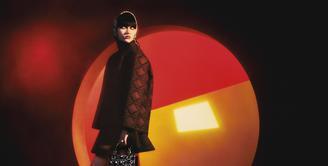 Dior menghadirkan kembali koleksi Cannage untuk rangkaian ready to wear khusus perempuan, musim gugur-musim dingin 2021-2022. Koleksi ini dirancang sendiri oleh Maria Grazia Chiuri. Koleksi ini menekankan penampilan yang sesuai musim, diberi sentuhan modern dan berani. Foto: Document/Dior.