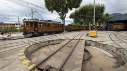 Area perawatan kereta Palma-Soller di bengkel stasiun Soller di Pulau Balearic Spanyol Mallorca (14/7/2021). Kereta dan lokomotif mempertahankan desain aslinya, dengan pemeliharaan dan perbaikan dilakukan di bengkel kereta api itu sendiri, dengan menghormati model awal. (AFP/Jaime Reina)