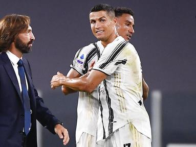 Pelatih Juventus, Andrea Pirlo, melintas di depan Cristiano Ronaldo usai melawan Sampdoria pada laga Serie A di Stadion Allianz, Minggu (20/9/2020). Juventus menang dengan skor 3-0. (Marco Alpozzi/LaPresse via AP)