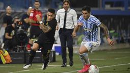 Penyerang Inter Milan, Lautaro Martinez, berebut bola dengan pemain SPAL, Kevin Bonifazi, pada laga lanjutan Serie A pekan ke-33 di Stadio Paolo Mazza, Jumat (17/7/2020) dini hari WIB. Inter Milan menang 4-0 atas SPAL. (Massimo Paolone/LaPresse via AP)