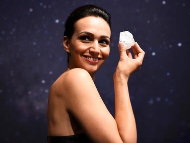 "Model memegang berlian 1.109 karat yang dijuluki "" Lesedi La Rona "" di rumah lelang Sotheby di London , Inggris , 14 Juni 2016. Berlian berumur ratusan tahun ini merupakan salah satu berlian terbesar di dunia. (REUTERS / Dylan Martinez)"