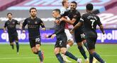 Pemain Manchester City merayakan gol yang dicetak Phil Foden ke gawang West Ham United pada laga lanjutan Liga Inggris di London Stadium, Sabtu (24/10/2020) malam WIB. Manchester City imbang 1-1 lawan West Ham. (AFP/Justin Tallis/pool)