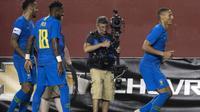 Striker tim nasional Brasil, Richarlison (kanan), merayakan gol ke gawang El Salvador pada laga persahabatan di FedEx Field, Landover, Selasa (11/9/2018) waktu setempat. (AFP/Jim Watson)