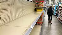 Rak-rak kosong di lorong kertas toilet di toko Walgreens di Buffalo Grove, negara bagian Illinois AS pada Rabu (18/11/2020). Lonjakan kasus COVID-19 di AS membuat orang kembali ke toko untuk menimbun lagi, meninggalkan rak kosong dan memaksa pengecer membatasi pembelian (AP/Nam Y. Huh)