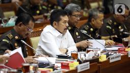 Jaksa Agung ST Burhanuddin (kedua kiri) saat menghadiri rapat kerja dengan Komisi III DPR di Kompleks Parlemen, Jakarta, Kamis (16/1/2020). Dalam rapat ini ST Burhanuddin menjelaskan perkembangan kasus dugaan korupsi PT Asuransi Jiwasraya (Persero) kepada Komisi III DPR. (Liputan6.com/Johan Tallo)