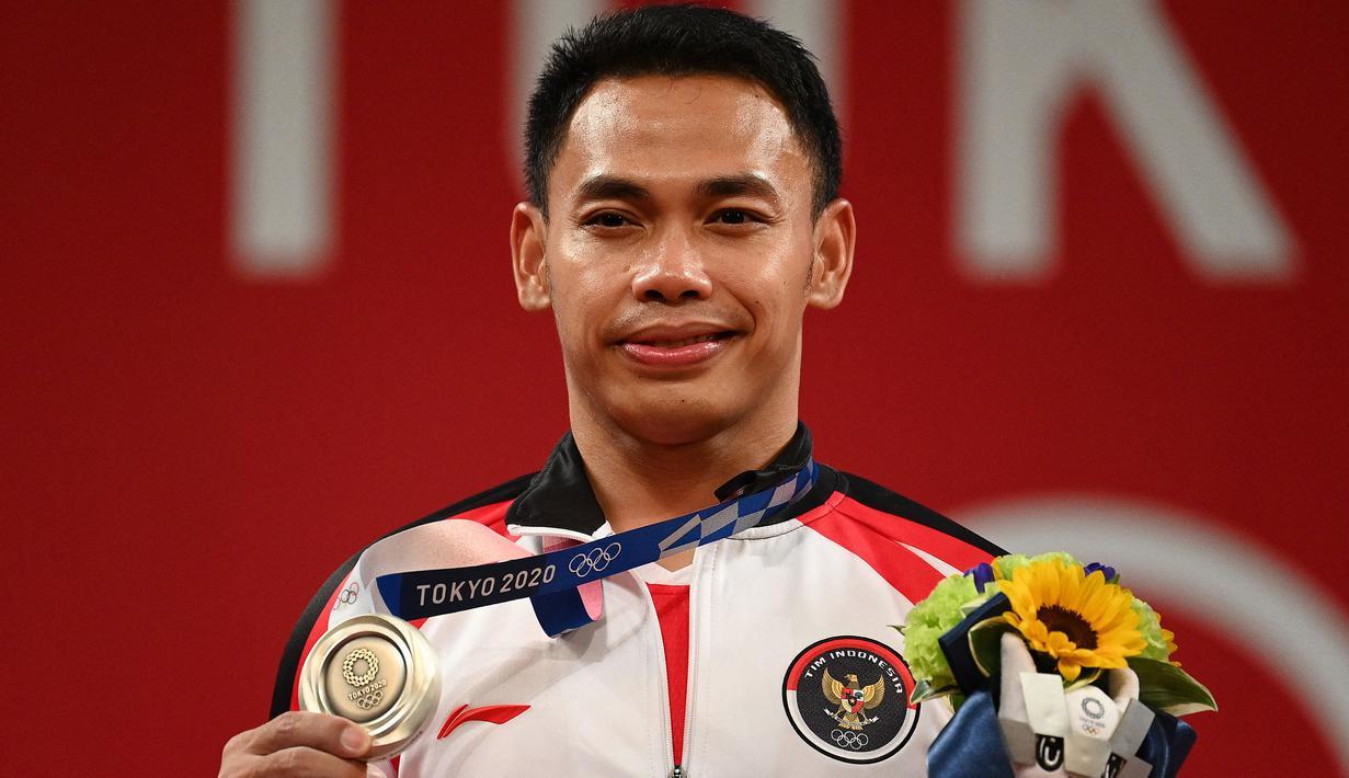 Eko Yuli berhasil persembahkan medali perak untuk Indonesia di kategori angkat besi kelas 61 kg putra dengan total angaktan 302 kg. (Foto: AFP/Vincenzo Pinto)