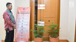 Petugas berjaga di pintu ruangan Dirjen Perhubungan Laut Kementerian Perhubungan Antonius Tonny Budiono di Gedung Karsa Kemenhub, Jakarta, Kamis (24/8). Penyegelan terkait Operasi Tangkap Tangan (OTT) terhadap pejabat di Kemenhub. (Liputan6.com/Pool)