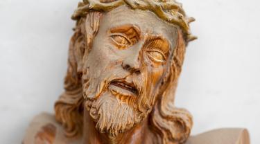 Patung Yesus dari kayu disimpan di bengkel Arte Martinez, Horche, Spanyol, Senin (29/3/2021). Untuk dua tahun berturut-turut, Spanyol harus membatalkan prosesi Minggu Paskah untuk membantu menghentikan penyebaran COVID-19. (AP Photo/Bernat Armangue)