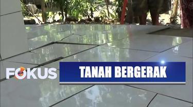 Setidaknya 400 rumah di Ciamis, Jawa Barat, retak dan rusak akibat tanah bergerak.