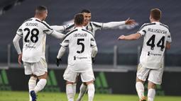 Para pemain Juventus merayakan gol yang dicetak oleh Cristiano Ronaldo ke gawang Cagliari pada laga Liga Italia di Stadion Allianz, Turin, Minggu (22/11/2020). Juventus menang dengan skor 2-0. (Marco Alpozzi/LaPresse via AP)