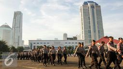 Personil Kepolisan melakukan persiapan jelang apel pengamanan libur panjang di halamaman Mapolda Metro, Jakarta, Rabu (4/5/2016). Polda Metro gelar apel kesiapan dan pengamanan di jelang libur panjang pada 5-8 Mei mendatang. (Liputan6.com/Yoppy Renato)