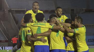 Pemain Brasil merayakan gol yang dicetak Richarlison ke gawang Uruguay pada laga lanjutan kualifikasi Piala Dunia zona CONMEBOL di Estadio Centenario, Rabu (18/11/2020) pagi WIB. Brasil menang 2-0 atas Uruguay. (AFP/Raul Martinez/pool)