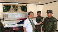 Dubes RI untuk Filipina Dr Sinyo Harry Sarundajang bersama tentara yang merupakan saudara prajurit yang gugur. Dok: KBRI Filipina