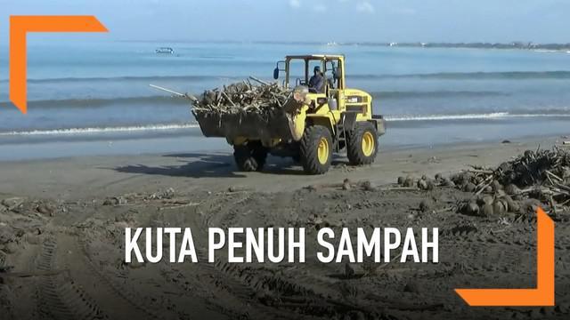 Jelang Upacara Melasti dan Nyepi, pantai Kuta masih dipenuhi oleh sampah. Pemerintah daerah pun berupaya untuk membersihkannya.