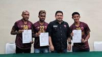 Firza Andika (kanan) bersama pemain anyar PSM lainnya dan CEO PSM, Munafri Arifuddin, di Makassar (4/2/2020). (Bola.com/Abdi Satria)