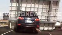 Hyundai Santa Fe tertimpa papan petunjuk arah di jalan tol. (News 9)