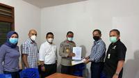 Irjen Pol Johni Asadoma menyerahkan berkas pendaftaran untuk maju sebagai caketum PP Pertina (istimewa)