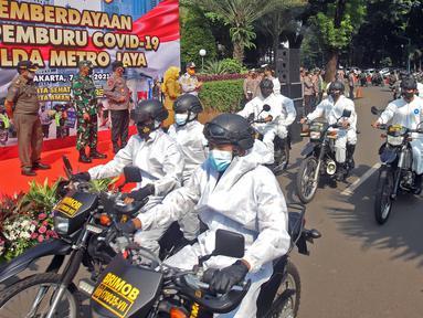Kapolda Metro Jaya Irjen Fadil Imran, bersama TNI, Dishub, Satpol PP serta Pemprov DKI Jakarta saat melakukan pelepasan tim pemburu Covid-19 di Polda Metro Jaya, Senin (7/6/2021). Tim ini bertujuan untuk menekan angka penyebaran virus corona di ibu kota DKI Jakarta. (Liputan6.com/Herman Zakharia)