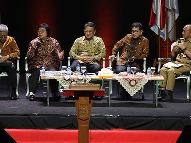 Menteri LHK Siti Nurbaya (kedua kiri), Menteri ESDM ArifinTasrif, Menparekraf Wishnutama, dan Sekjen KKP Nilanto Perbowo saat diskusi panel VII Rakornas Indonesia Maju antara Pemerintah Pusat dan Forum Koordinasi Pimpinan Daerah (Forkopimda) di Bogor, Rabu (13/11/2019). (Liputan6.com/HermanZakharia)