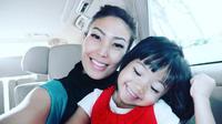 Ayu Dewi selalu berusaha menjaga kedekatan dengan sang putri, Aqilah Dewi Humairah [foto: instagram]