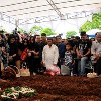 Suasana penguburan korban pembunuhan Pulomas i TPU Tanah Kusir, Jakarta, Rabu (28/12). Tiga jenazah korban pembunuhan yaitu Dodi Triono (59), Diona Arika (16) dan Dianita Gemma (9). (Liputan6.com/Gempur M Surya)