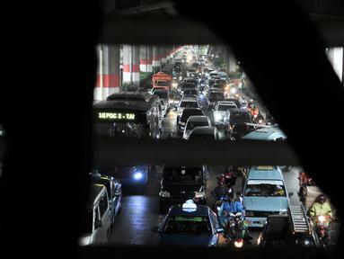 Kemacetan arus lalu lintas di Jalan DI Panjaitan, Jakarta, Selasa (11/12). Kemacetan yang terjadi dari arah Cawang-Tanjung Priok terjadi akibat adanya pembangunan tol Becakayu yang menghilangkan jalur lambat. (Merdeka.com/ Iqbal S. Nugroho)