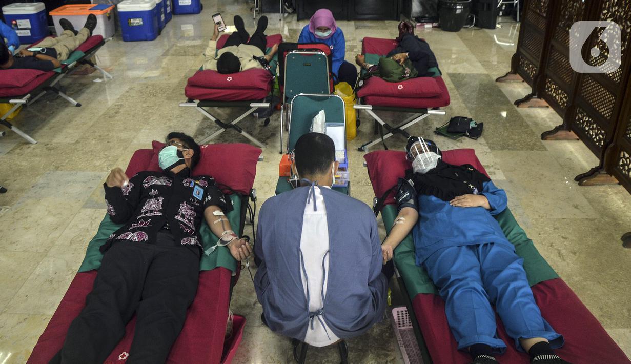 Pegawai mengikuti donor darah di Kompleks Parlemen, Senayan, Jakarta, Rabu (11/11/2020). Kegiatan donor darah merupakan agenda rutin DPR RI yang sempat terhenti akibat Covid-19. (Liputan6.com/Johan Tallo)