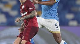 Penyerang Legia Warsawa, Josue berebut bola dengan bek Napoli, Juan Jesus pada lanjutan pekan ketiga fase Grup C Liga Europa di Stadion Diego Armando Maradona, Jumat (22/10/2021) dini hari WIB. Napoli sukses melibas Legia Warsawa dengan skor 3-0. (Alessandro Garofalo/LaPresse via AP)