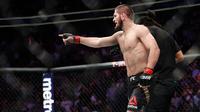 Khabib Nurmagomedov usai mengalahkan Conor McGregor dalam pertarungan UFC 229 di Las Vegas, AS (6/10). Nurmagomedov mengalahkan McGregor dan berhasil keluar sebagai pemenangnya. (AP Photo/John Locher)