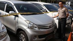 Kapolres Metro Jaksel Kombes Pol Indra Jafar menunjukkan mobil curian di Polres Metro Jakarta Selatan, Senin (30/4). Barang bukti 30 unit mobil, air soft gun, bor listrik, dan berbagai kunci letter T berhasil diamankan. (Liputan6.com/Immanuel Antonius)