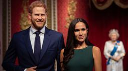 Patung lilin Pangeran Harry dan Meghan Markle dipindahkan dari barisan patung Keluarga Kerajaan Inggris di Madame Tussauds London, Kamis (9/1/2020). Sebelumnya sosok Harry dan Meghan berdiri di samping Ratu Elizabeth II, Pangeran Philip, Pangeran William dan Kate Middleton (Victoria Jones/PA via AP)