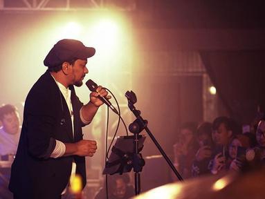 Tompi membuka penampilannya dengan lagunya yang berjudul Selalu Denganmu. Ia terlihat sangat menghayati syair lagunya tersebut, (Liputan6.com/IG/@dr_tompi)