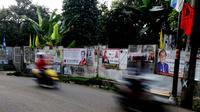 Jejeran spanduk yang memasang foto para caleg juga menghiasi tembok di sekitar kawasan Pejaten, Jakarta Selatan, Kamis (13/3) (Liputan6.com/Andrian M Tunay)