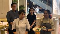 Chef Desi Trisnawati saat sedang menjelaskan menu masakannya untuk Joe & Dough Indonesia di Gandaria City Mall pada Selasa, 24 September 2019. (dok. liputan6.com/Novi Thedora)