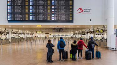 Penumpang melihat layar informasi keberangkatan di Bandara Brussels, Zaventem, Belgia, Rabu (13/2). Menurut badan lalu lintas udara Skeyes, wilayah udara Belgia ditutup selama 24 jam. (AP Photo/Geert Vanden Wijngaert)