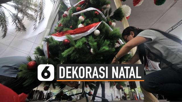 Perayaan Natal identik dengan dekorasi pohon Natal. Usai perayaan biasanya orang-orang mulai membereskan dekorasi.