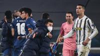 Cristiano Ronaldo gagal membawa Juventus lolos ke perempat final Liga Champions musim ini. Juve kalah agresivitas gol tandang dari FC Porto (agregat 4-4), meski menang 3-2 pada leg kedua di Allianz Stadium, Rabu (10/3/2021). (AFP/Marco Bertorello)