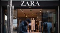 Seorang pria duduk di depan toko Zara di pusat kota Nantes, Prancis barat, pada 25 Maret 2021. (LOIC VENANCE / AFP)