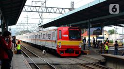 Kereta commuter line melintas di Stasiun Manggarai, Jakarta, Kamis (13/2/2020). PT KCI melakukan rekayasa perjalanan KRL Bogor dan Bekasi terkait penggantian wesel atau persimpangan rel di stasiun Gambir dan Jakarta Kota. (merdeka.com/Magang/Muhammad Fayyadh)