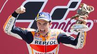 Ekspresi kebahagiaan pembalap Repsol Honda, Marc Marquez usai memenangkan MotoGP Belanda 2018 di Sirkuit Assen. (Vincent Jannink / ANP / AFP)
