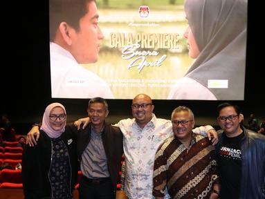 Ketua KPU Arief Budiman (kedua kanan) bersama dengan anggota KPU, Ilham Saputra,Wahyu Setiawan, Evi Novida Ginting Manik dan Viryan berfoto sebelum nobar film perdana, Suara April di Jakarta, Jumat (15/3). (Liputan6.com/Johan Tallo)