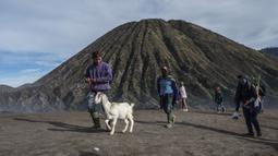 Suku Tengger berjalan ke puncak Gunung Bromo untuk melarung sesajen ke kawah saat upacara Yadnya Kasada di Probolinggo, Jawa Timur, Sabtu (26/6/2021). Suku Tengger mempersembahkan sesajen berupa beras, buah, ternak, dan barang lainnya untuk mencari berkah dari dewa. (Juni Kriswanto/AFP)