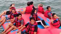 Beberapa pengunjung tengah menikmati fasilitas bermain di spot wisata air kawasan Pantai Timur Pangandaran, Jawa Barat. (Liputan6.com/Jayadi Supriadin)