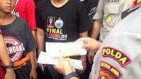 Tiket palsu pertandingan Persija vs Tampines Rovers di SUGBK ditemukan panpel, Rabu (28/2/2018). (Bola.com/Benediktus Gerendo Pradigdo)