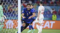 Gelandang Italia, Manuel Locatelli melakukan selebrasi usai mencetak gol ke gawang Swiss dalam laga Grup A Euro 2020 di Olimpico Stadium, Roma, Kamis (17/6/2021) dini hari WIB. (Foto: AP/Pool/Ettore Ferrari)