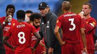 Pelatih Liverpool, Jurgen Klopp, memberikan arahan kepada pemainnya saat menghadapi Manchester City pada laga lanjutan Premier League pekan ke-32 di Stadion Etihad, Jumat (3/7/2020) dini hari WIB. Manchester City menang 4-0 atas Liverpool. (AFP/Laurence Griffiths/pool)