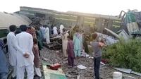 Gambar dari video ini, menunjukkan kereta setelah tabrakan di Ghotki, Pakistan, Senin (7/6/2021). Diperkirakan jumlah korban akan terus bertambah karena masih ada gerbong kereta yang tidak dapat diakses oleh tim penyelamat karena kondisinya hancur. (AP Photo)